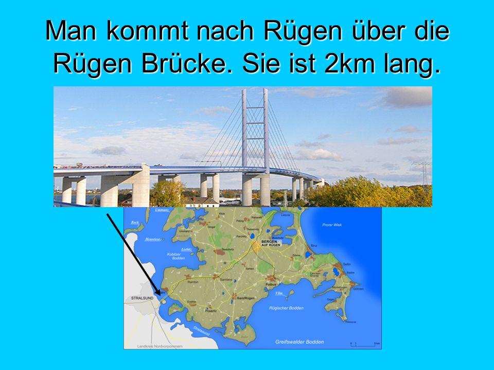 Man kommt nach Rügen über die Rügen Brücke. Sie ist 2km lang.