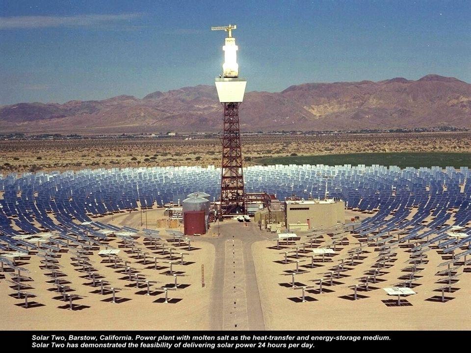 Solarturmkraftwerk eine Reihe von Hohlspiegeln, die auf computergesteuerte Heliostaten montiert sind, reflektieren die Sonnenstrahlen und bündeln sie auf einen zentralen Strahlungsempfänger.