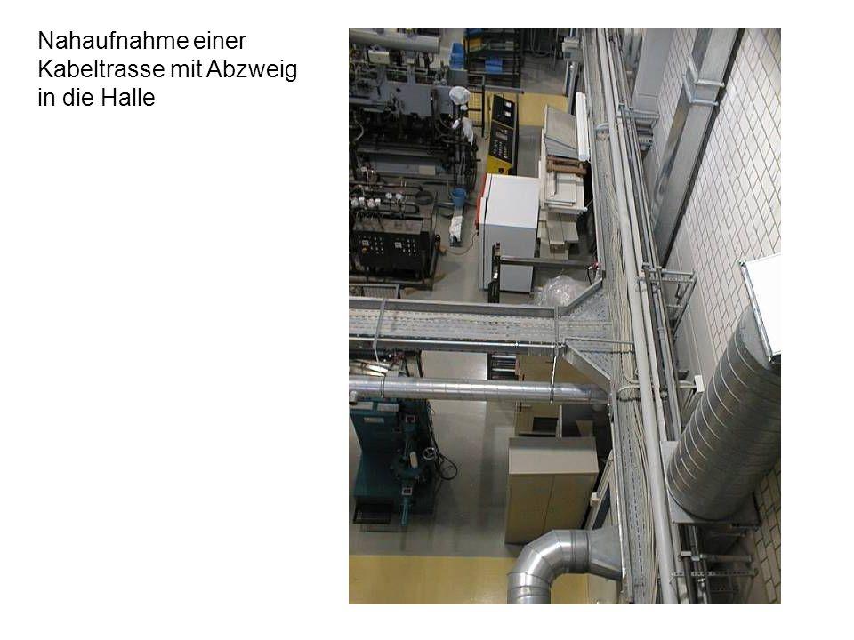 17 Blick in die Halle: Mehrere Kabeltrassen führen die Energie- und Signalkabel zu den Maschinen / Rechnern