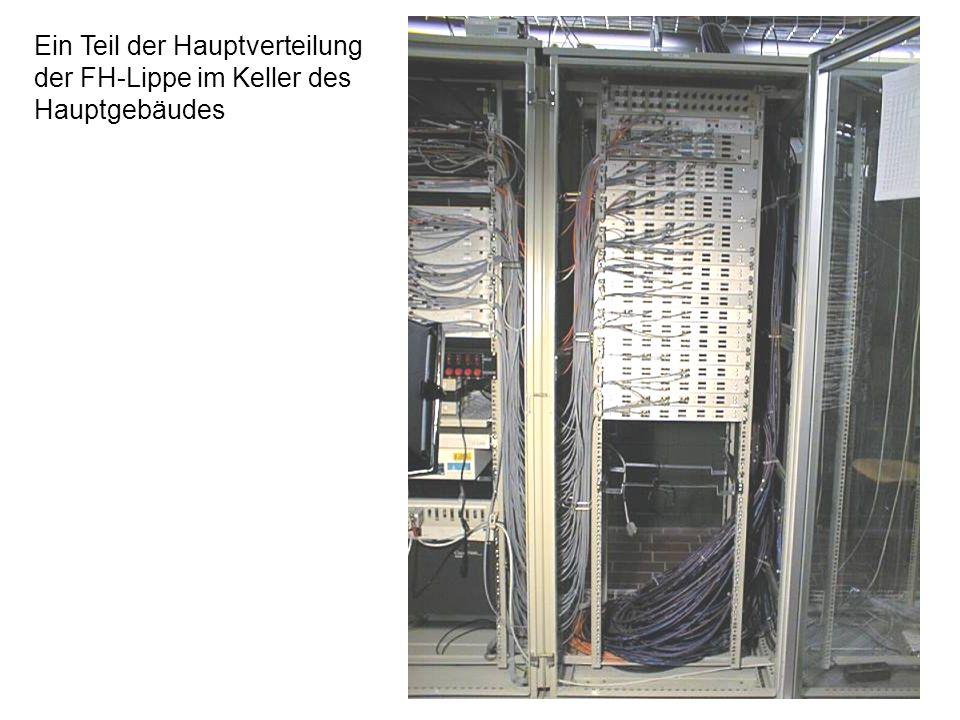 25 Rückansicht des FB-7 Zentralswitch und der FO Steckfelder Zwei Spleißkassetten für je 4 der 8 Abteilungsverteiler des FB-7. Jede Spleiß- kassette n