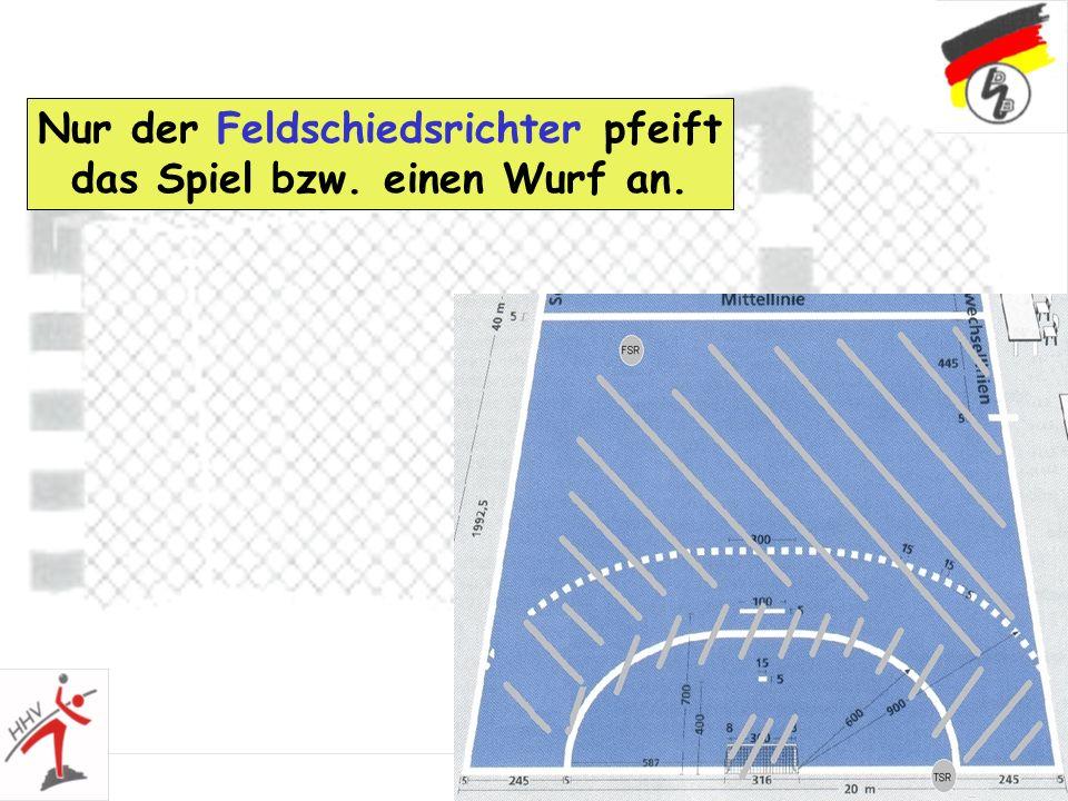 36 Nur der Feldschiedsrichter pfeift das Spiel bzw. einen Wurf an.
