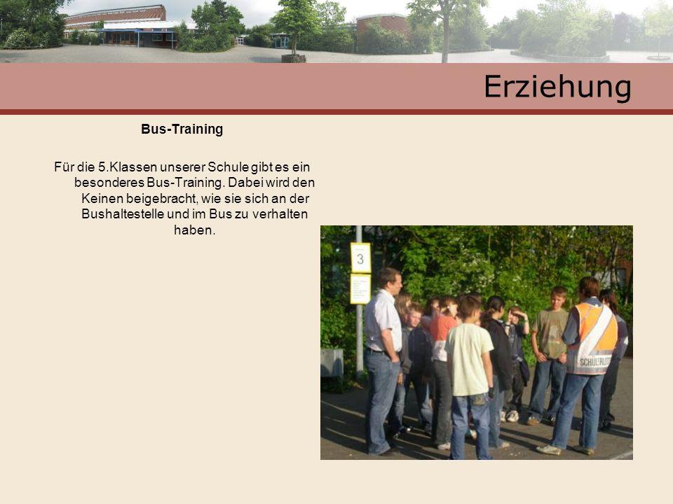 Erziehung Bus-Training Für die 5.Klassen unserer Schule gibt es ein besonderes Bus-Training. Dabei wird den Keinen beigebracht, wie sie sich an der Bu