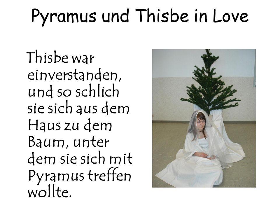 Pyramus und Thisbe in Love Thisbe war einverstanden, und so schlich sie sich aus dem Haus zu dem Baum, unter dem sie sich mit Pyramus treffen wollte.