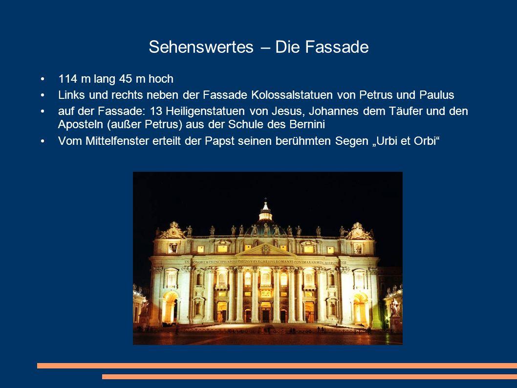 Sehenswertes – Die Fassade 114 m lang 45 m hoch Links und rechts neben der Fassade Kolossalstatuen von Petrus und Paulus auf der Fassade: 13 Heiligens