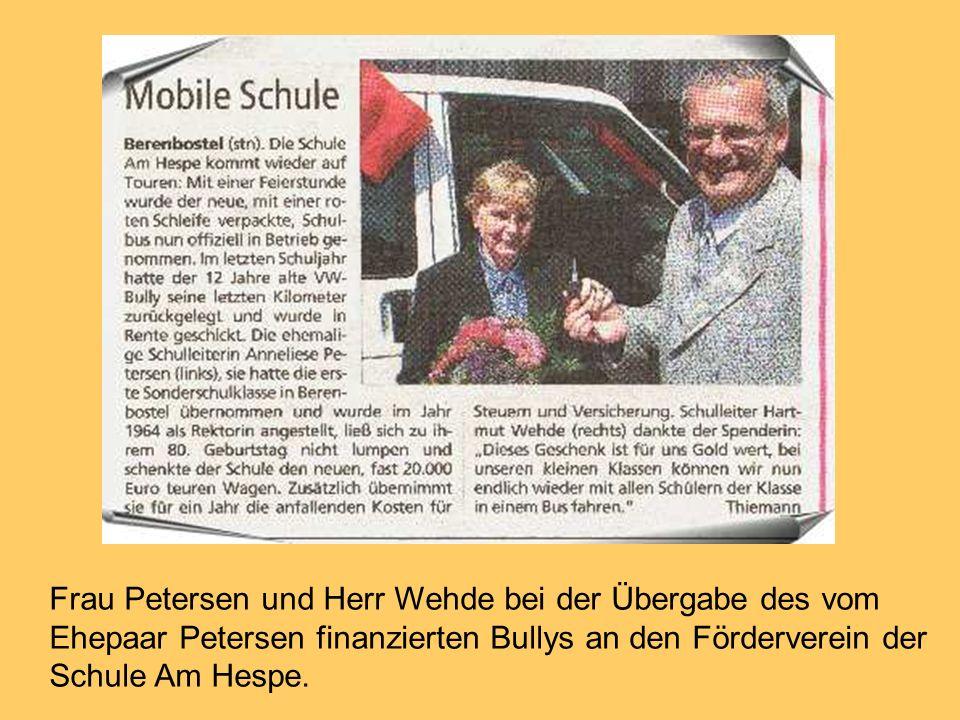 Frau Petersen und Herr Wehde bei der Übergabe des vom Ehepaar Petersen finanzierten Bullys an den Förderverein der Schule Am Hespe.