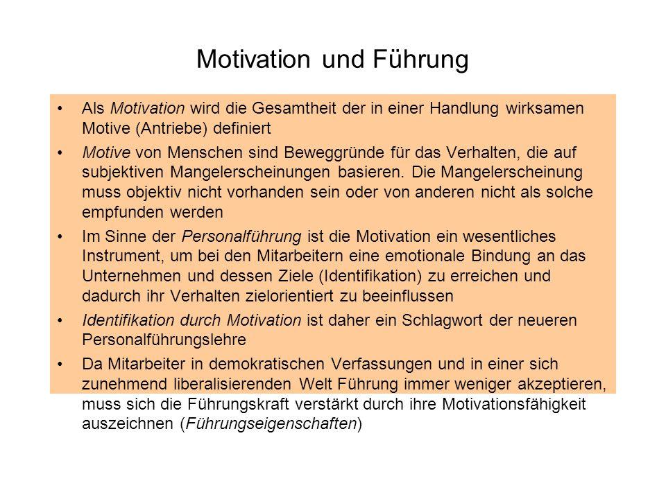 Motivation und Führung Als Motivation wird die Gesamtheit der in einer Handlung wirksamen Motive (Antriebe) definiert Motive von Menschen sind Beweggr