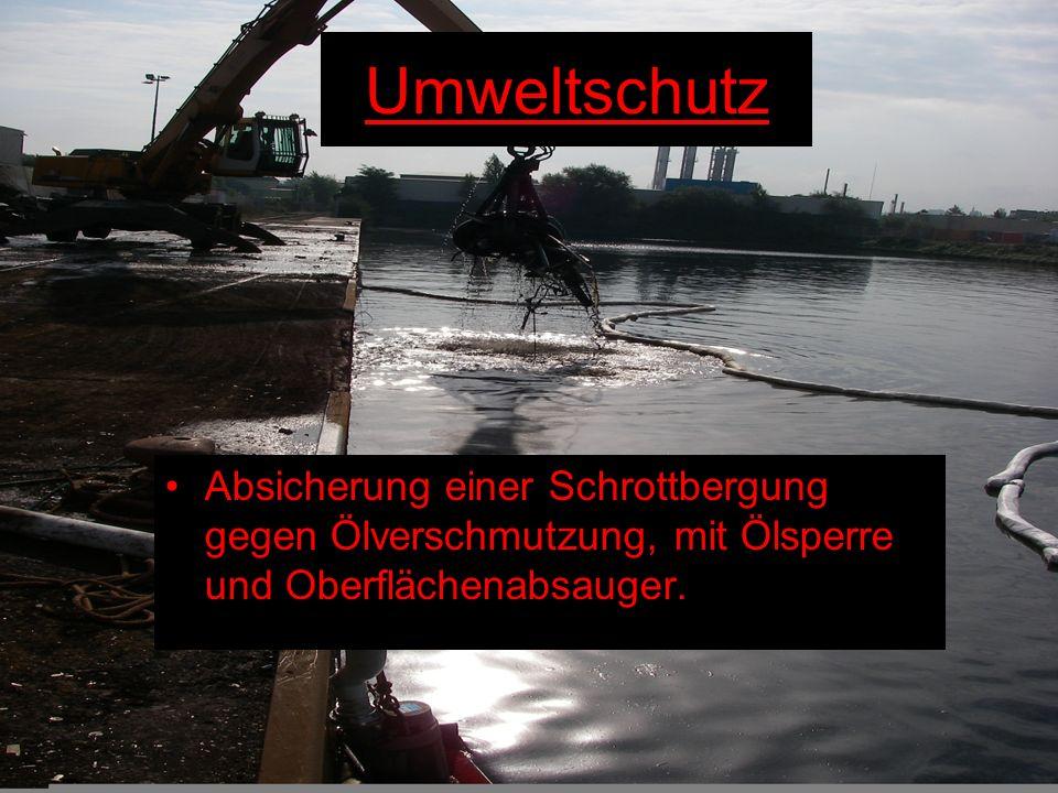 Absicherung einer Schrottbergung gegen Ölverschmutzung, mit Ölsperre und Oberflächenabsauger. Umweltschutz