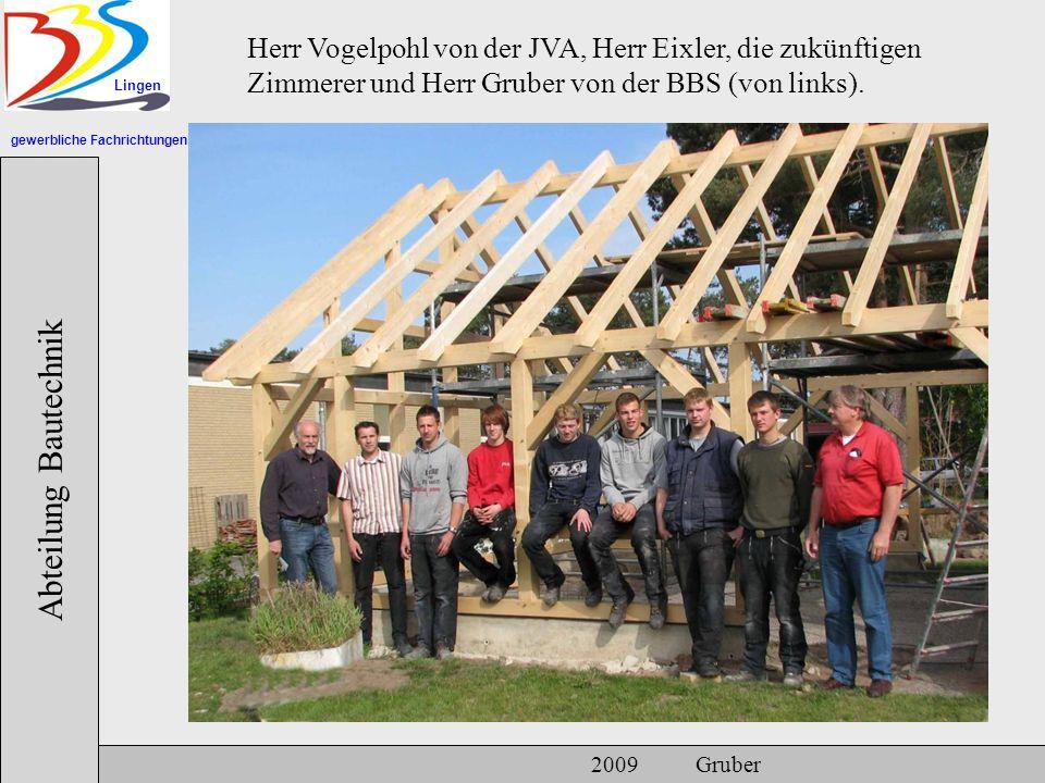 gewerbliche Fachrichtungen Lingen Abteilung Bautechnik 2009 Gruber Herr Vogelpohl von der JVA, Herr Eixler, die zukünftigen Zimmerer und Herr Gruber von der BBS (von links).