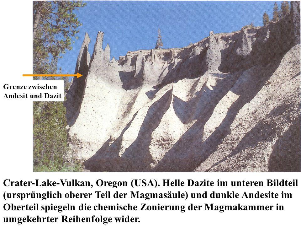 Crater-Lake-Vulkan, Oregon (USA). Helle Dazite im unteren Bildteil (ursprünglich oberer Teil der Magmasäule) und dunkle Andesite im Oberteil spiegeln