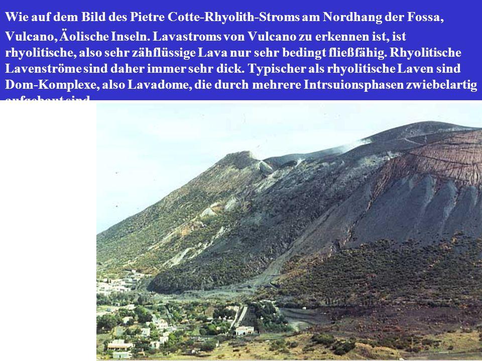 Wie auf dem Bild des Pietre Cotte-Rhyolith-Stroms am Nordhang der Fossa, Vulcano, Äolische Inseln. Lavastroms von Vulcano zu erkennen ist, ist rhyolit