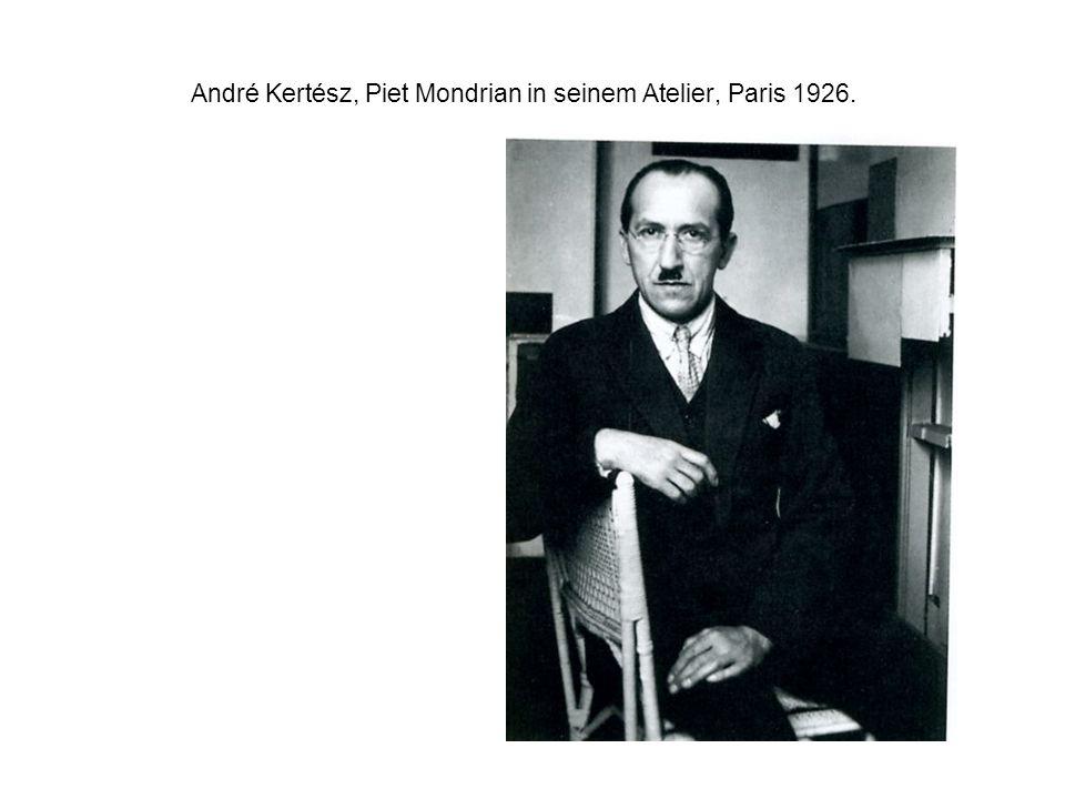 André Kertész, Piet Mondrian in seinem Atelier, Paris 1926.