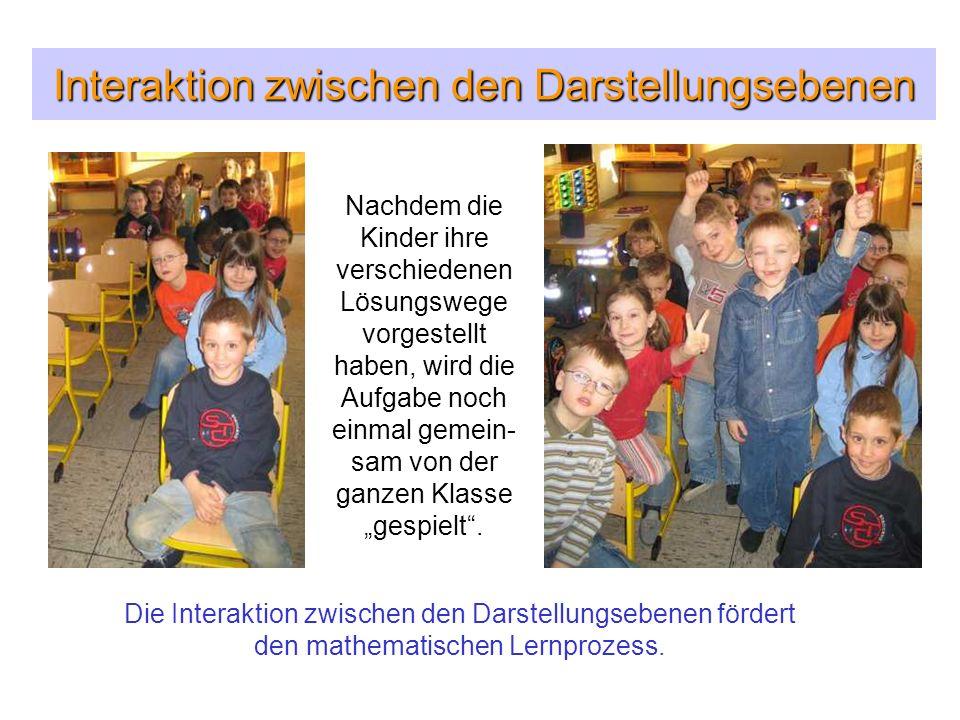 Interaktion zwischen den Darstellungsebenen Nachdem die Kinder ihre verschiedenen Lösungswege vorgestellt haben, wird die Aufgabe noch einmal gemein-