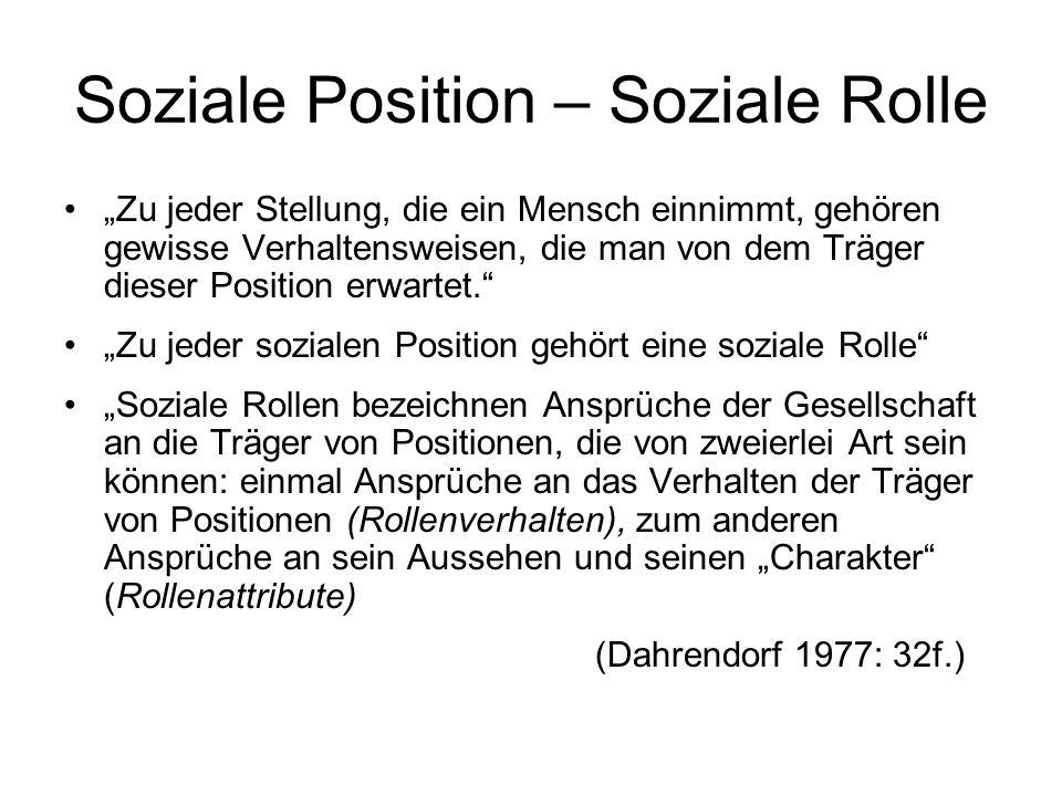 Soziale Position – Soziale Rolle Zu jeder Stellung, die ein Mensch einnimmt, gehören gewisse Verhaltensweisen, die man von dem Träger dieser Position