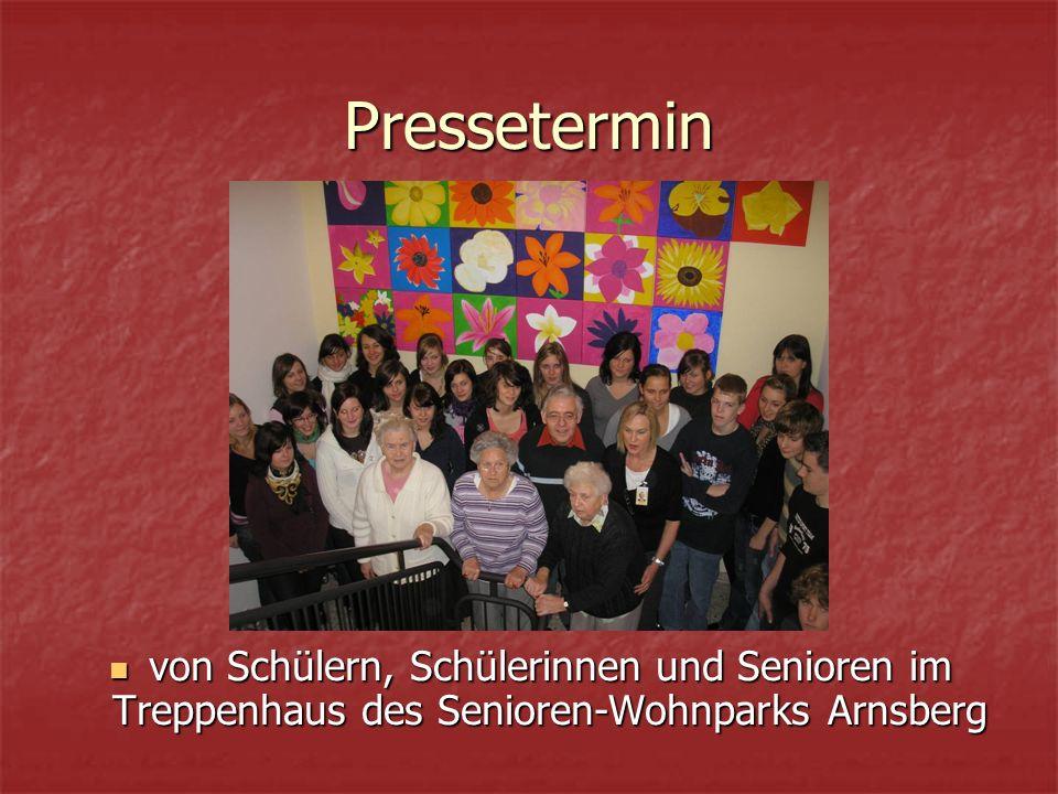 Pressetermin von Schülern, Schülerinnen und Senioren im Treppenhaus des Senioren-Wohnparks Arnsberg von Schülern, Schülerinnen und Senioren im Treppen