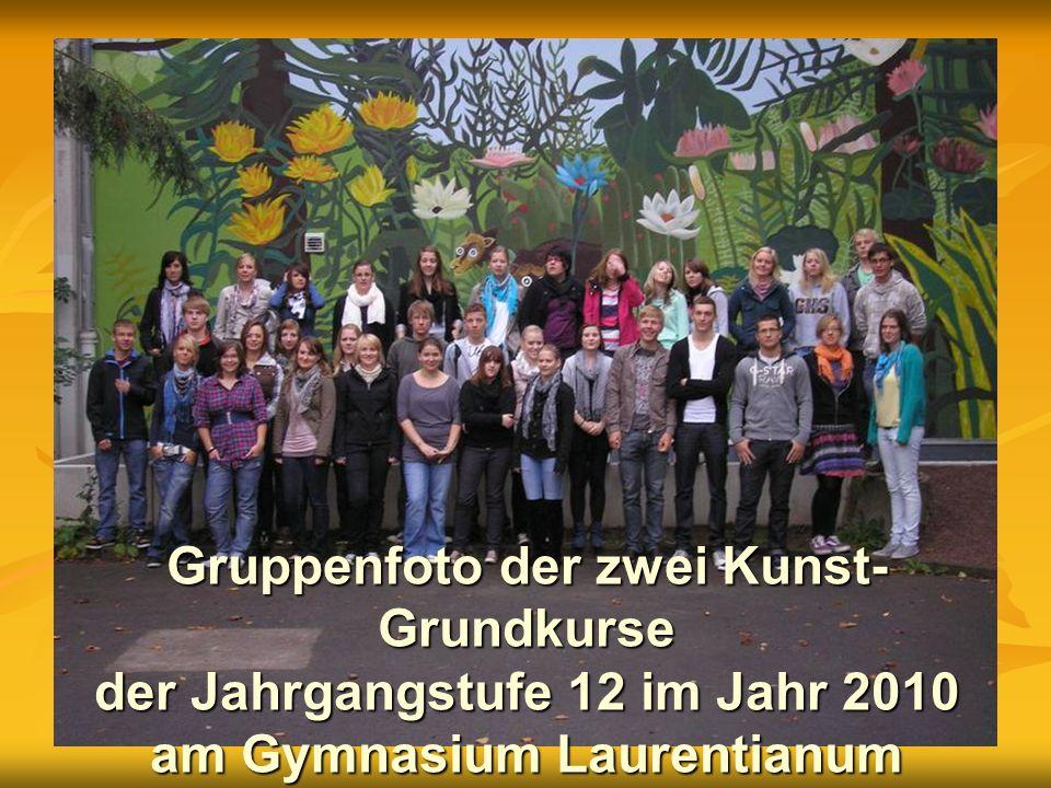 Gruppenfoto der zwei Kunst- Grundkurse der Jahrgangstufe 12 im Jahr 2010 am Gymnasium Laurentianum