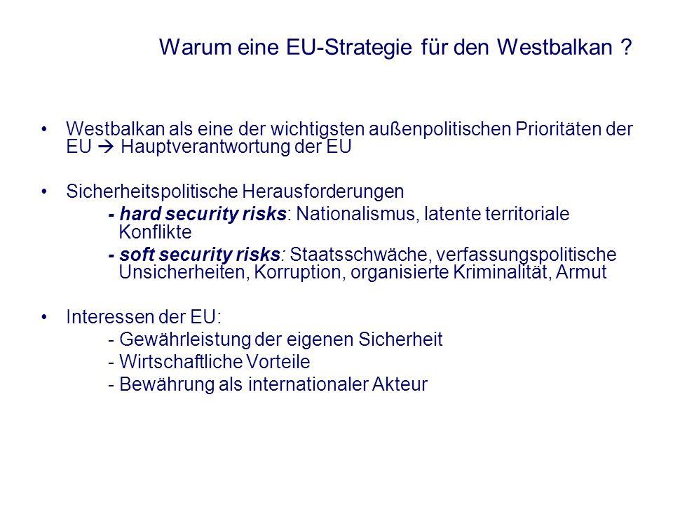 Die Balkanpolitik der EU nach 1990 1990 – 1999 Konzeptionslose Balkanpolitik Diplomatisches Scheitern während des Jugoslawienkrieges Wendepunkt: Kosovokrieg 1999 Eröffnung der Beitrittsperspektive Nach 1999 1999: Lancierung des Stabilisierungs- und Assoziierungsprozesses (SAP) und des Stabilitätspaktes für Südosteuropa Kontinuierliche Annäherung der Westbalkanstaaten an die EU EU-Gipfel von Santa Maria da Feira (Juni 2000): potentielle Beitrittskandidaten EU-Gipfel von Zagreb (November 2000): Eröffnung der Beitrittsperspektive EU-Gipfel in Thessaloniki (Juni 2003): Ausbau des SAP