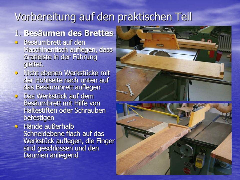 1. Besäumen des Brettes Besäumbrett auf den Maschinentisch auflegen, dass Gratleiste in der Führung gleitet. Besäumbrett auf den Maschinentisch aufleg