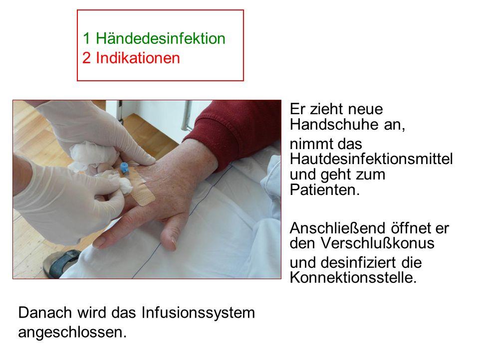 Er zieht neue Handschuhe an, nimmt das Hautdesinfektionsmittel und geht zum Patienten. Anschließend öffnet er den Verschlußkonus und desinfiziert die