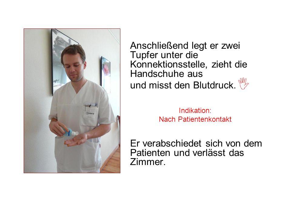 Anschließend legt er zwei Tupfer unter die Konnektionsstelle, zieht die Handschuhe aus und misst den Blutdruck. Er verabschiedet sich von dem Patiente