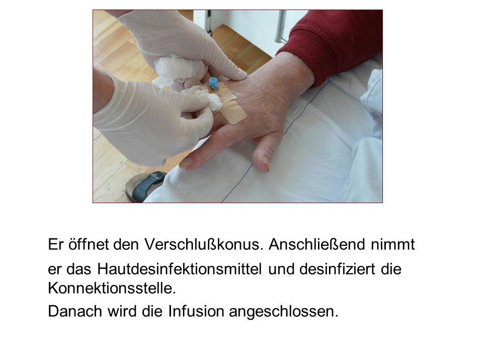 Er öffnet den Verschlußkonus. Anschließend nimmt er das Hautdesinfektionsmittel und desinfiziert die Konnektionsstelle. Danach wird die Infusion anges