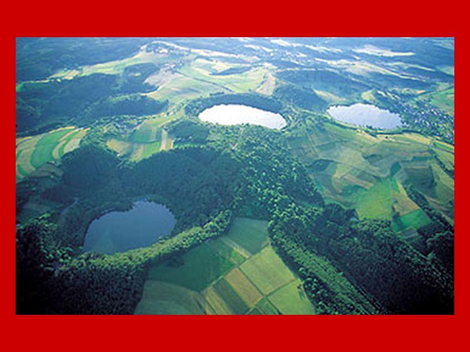 Vulkanische Aktivität 100 Vulkanausbrüche in den letzten 700.000 Jahren100 Vulkanausbrüche in den letzten 700.000 Jahren dramatischster Ausbruch : Laacher-See- Vulkandramatischster Ausbruch : Laacher-See- Vulkan Plume : 1000 – 1400 °C heiße ZonePlume : 1000 – 1400 °C heiße Zone Hebungsgebiet : Eifel wird um 1 bis 2 mm pro Jahr angehobenHebungsgebiet : Eifel wird um 1 bis 2 mm pro Jahr angehoben