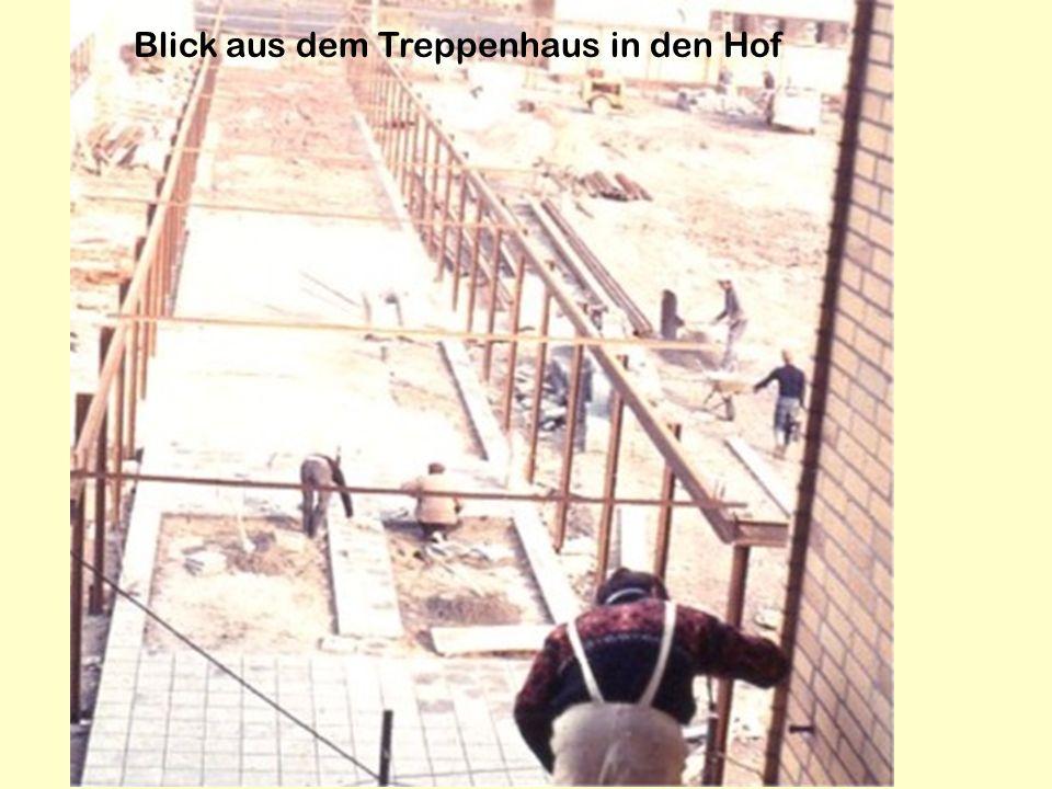 Blick aus dem Treppenhaus in den Hof