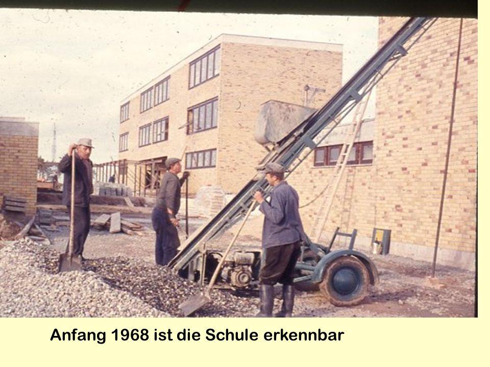 Anfang 1968 ist die Schule erkennbar
