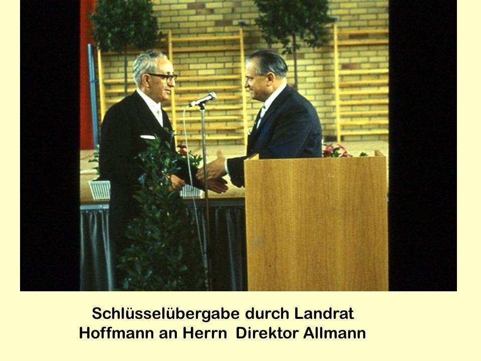 Schlüsselübergabe durch Landrat Hoffmann an Herrn Direktor Allmann