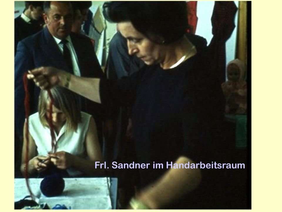 Frl. Sandner im Handarbeitsraum