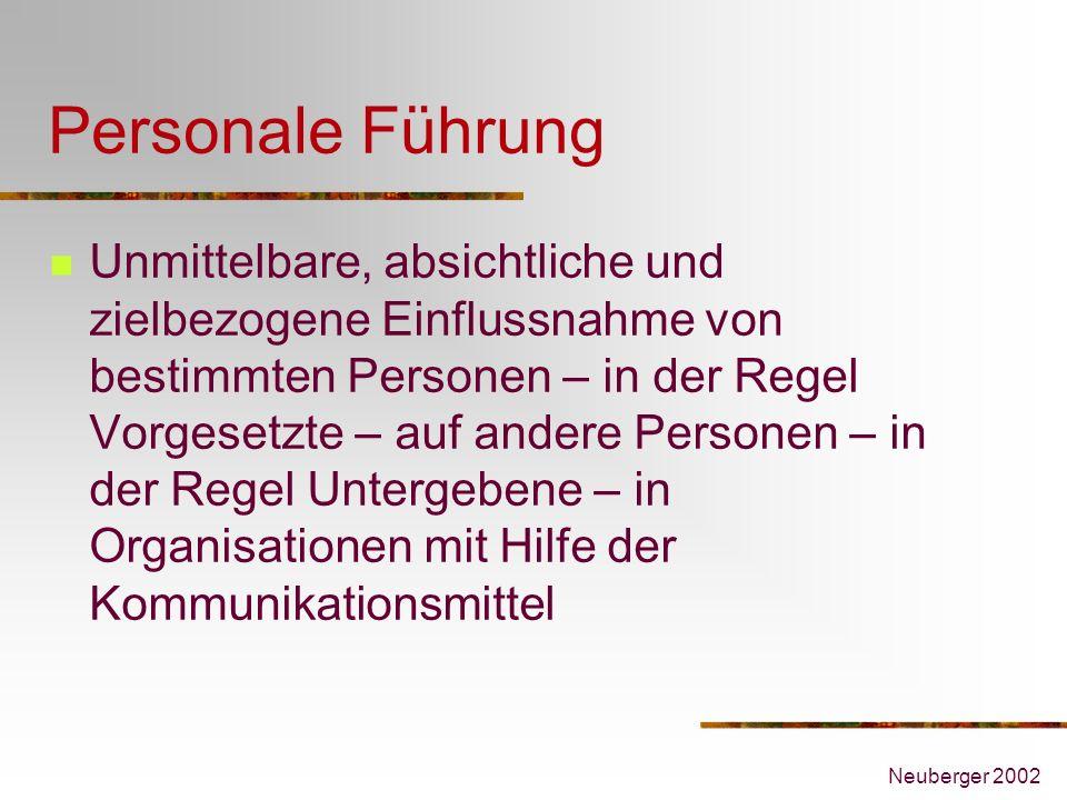 Neuberger 2002 Personale Führung Unmittelbare, absichtliche und zielbezogene Einflussnahme von bestimmten Personen – in der Regel Vorgesetzte – auf an