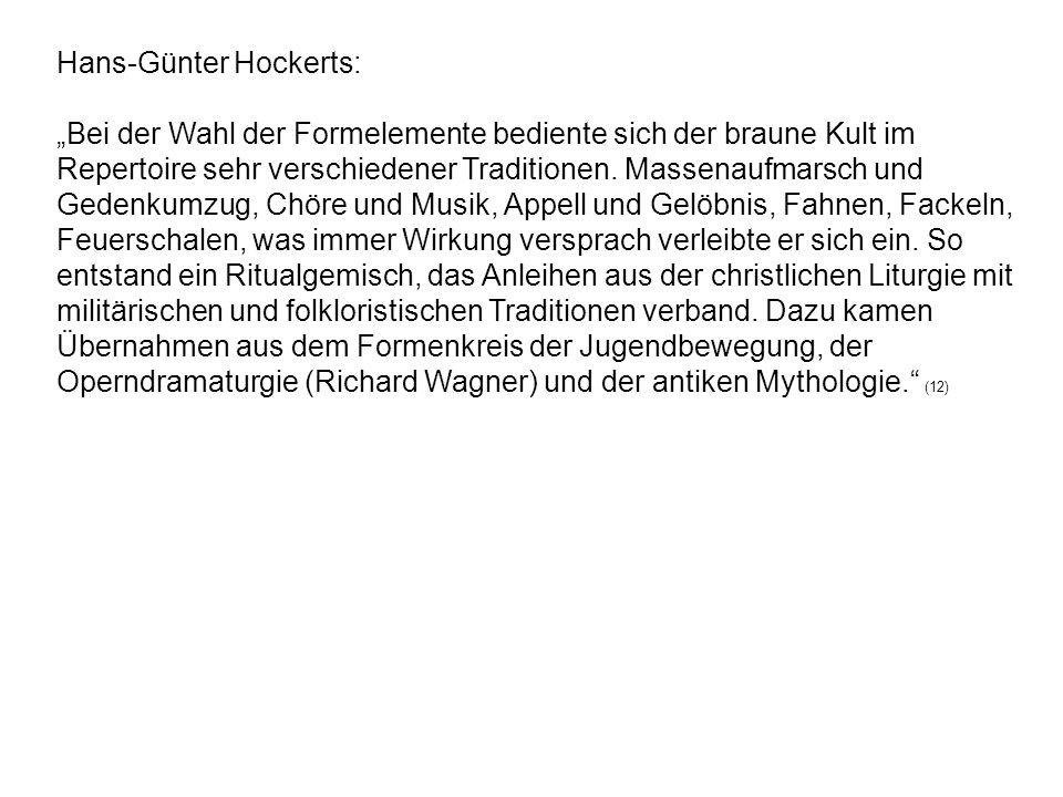 Hans-Günter Hockerts: Bei der Wahl der Formelemente bediente sich der braune Kult im Repertoire sehr verschiedener Traditionen. Massenaufmarsch und Ge