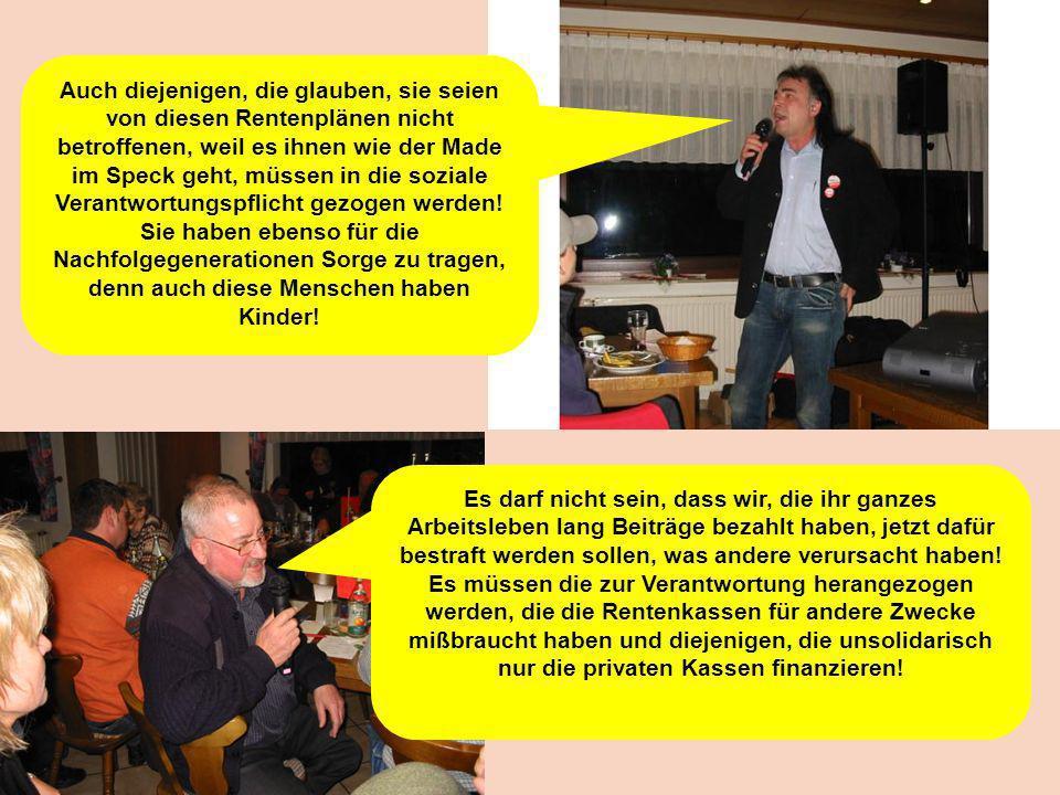 Dorothee Diehm überreicht den Podiumsexperten, als symbolisches Geschenk, Handschuhe der IG Metall Freudenstadt.