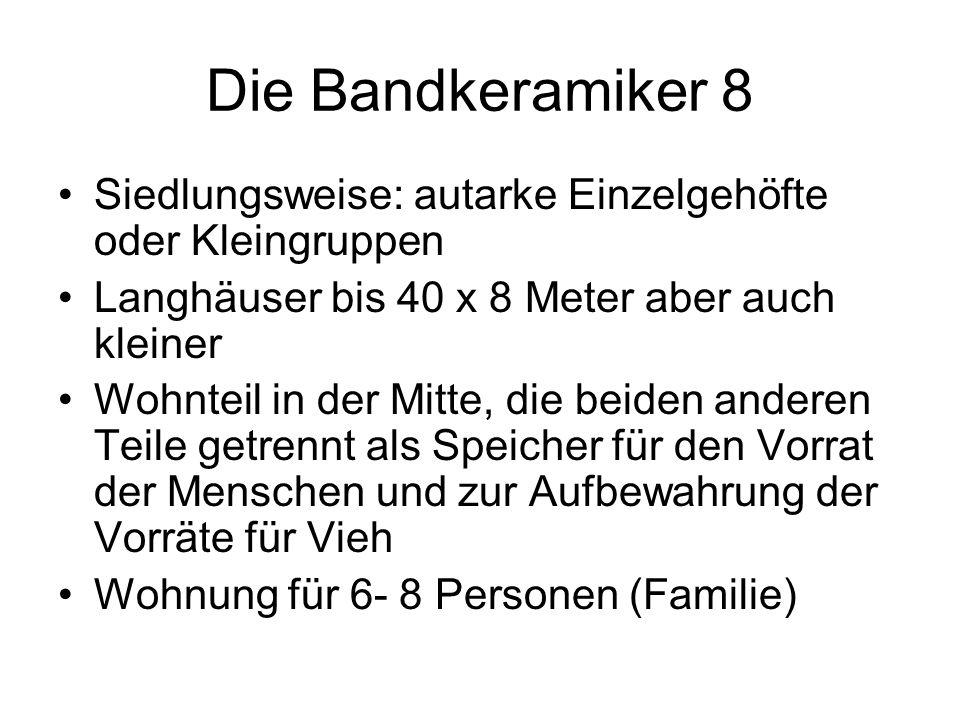 Die Bandkeramiker 8 Siedlungsweise: autarke Einzelgehöfte oder Kleingruppen Langhäuser bis 40 x 8 Meter aber auch kleiner Wohnteil in der Mitte, die b