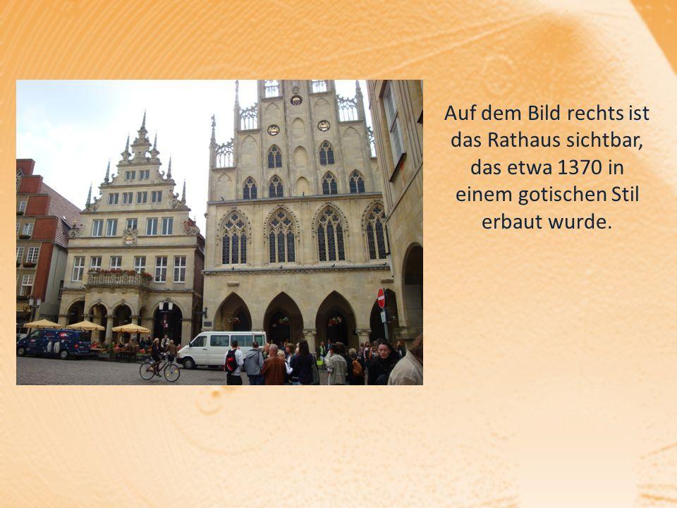 Auf dem Bild rechts ist das Rathaus sichtbar, das etwa 1370 in einem gotischen Stil erbaut wurde.