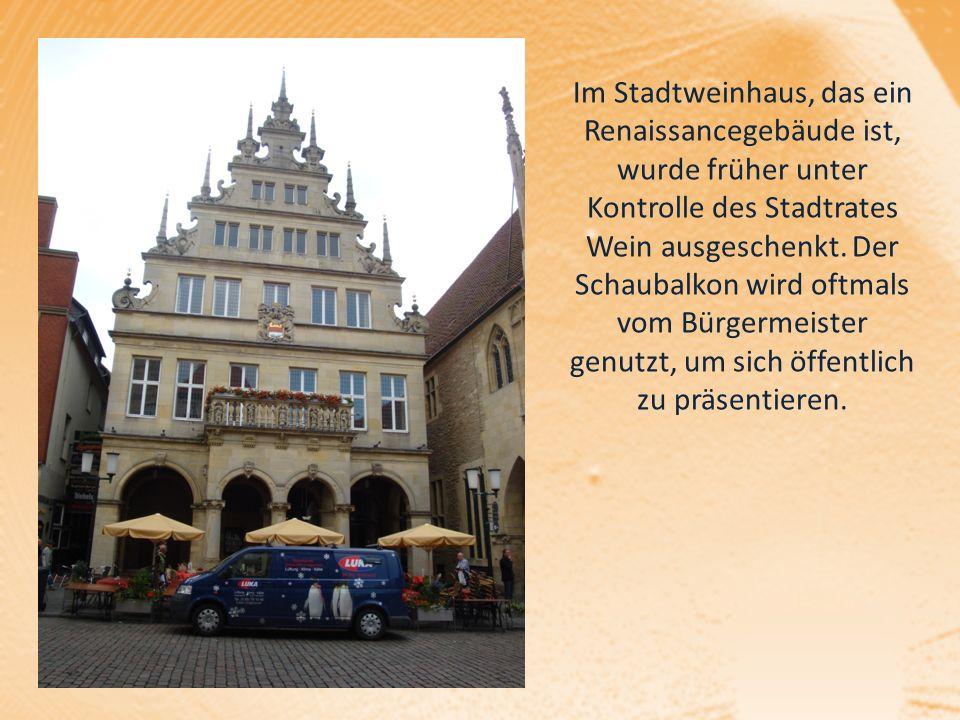 Im Stadtweinhaus, das ein Renaissancegebäude ist, wurde früher unter Kontrolle des Stadtrates Wein ausgeschenkt. Der Schaubalkon wird oftmals vom Bürg