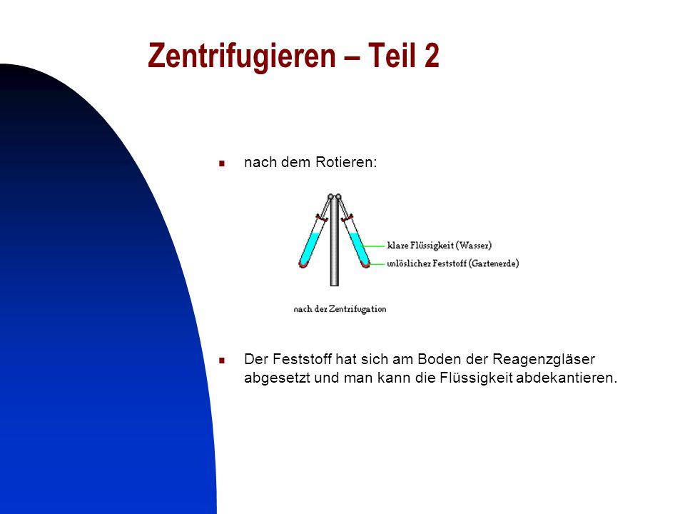 13 Zentrifugieren – Teil 2 nach dem Rotieren: Der Feststoff hat sich am Boden der Reagenzgläser abgesetzt und man kann die Flüssigkeit abdekantieren.