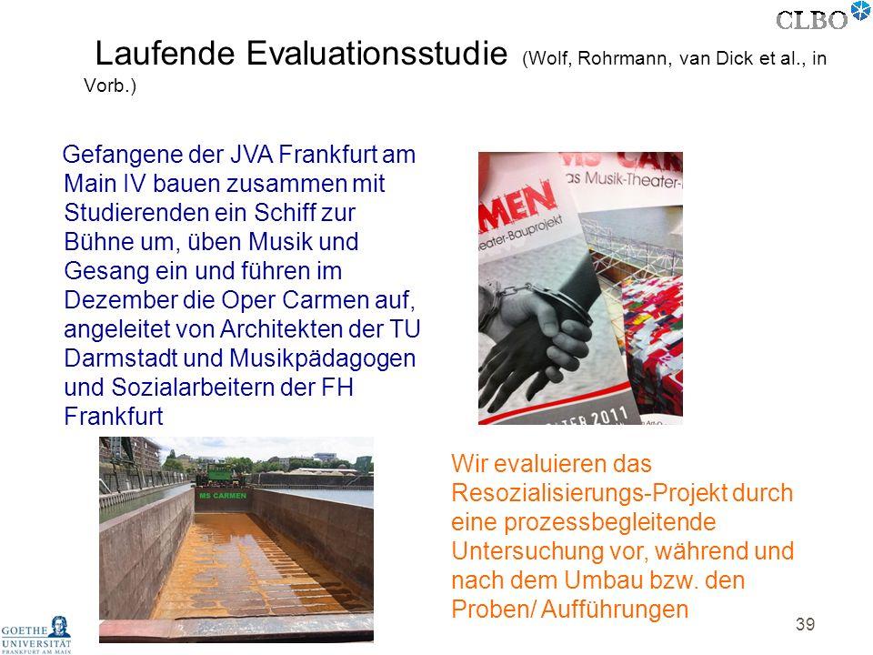 39 Gefangene der JVA Frankfurt am Main IV bauen zusammen mit Studierenden ein Schiff zur Bühne um, üben Musik und Gesang ein und führen im Dezember di