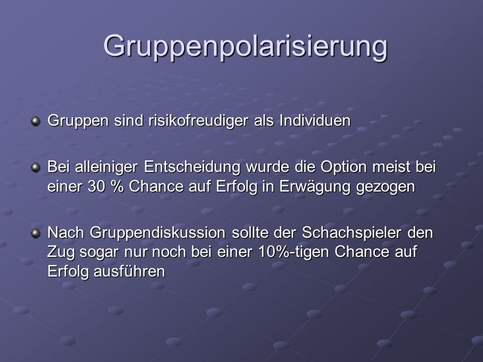 Gruppenpolarisierung Gruppenpolarisierung Gruppen sind risikofreudiger als Individuen Bei alleiniger Entscheidung wurde die Option meist bei einer 30