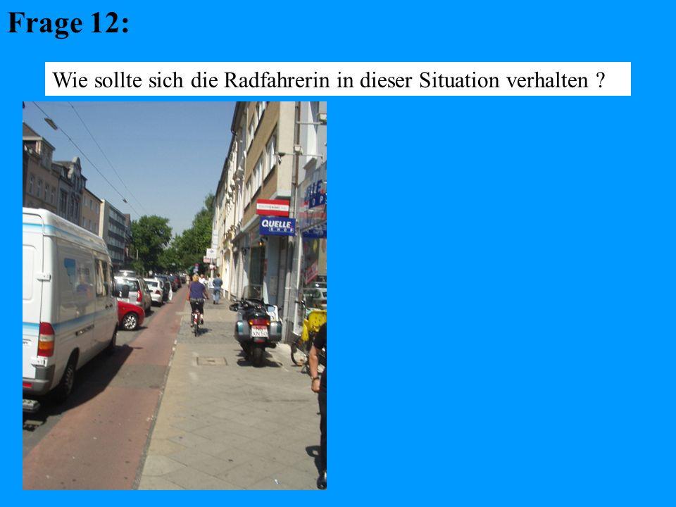 Frage 12: Wie sollte sich die Radfahrerin in dieser Situation verhalten