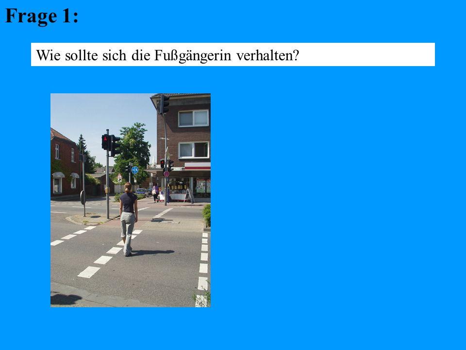 Frage 12: Wie sollte sich die Radfahrerin in dieser Situation verhalten ?