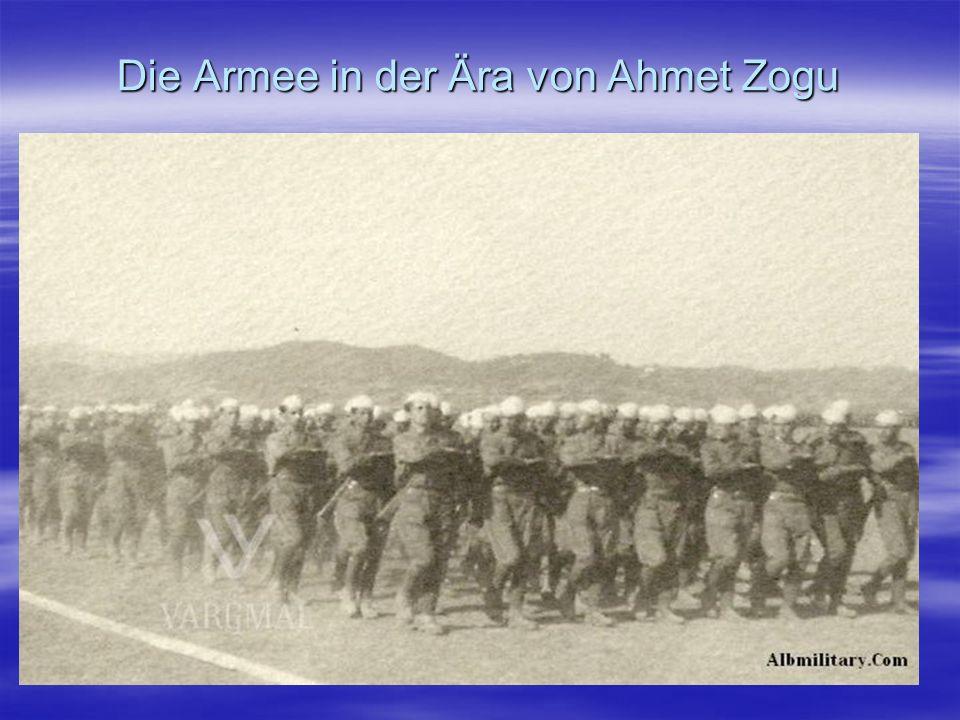 II Weltkrieg Nach der Annektierung Albaniens von faschistische Italien bestehen dort drei politische Formationen, die jeweils eine militärische Flügel hatten: - Ballisten, die mit den Italiener und später auch mit Deutschen kooperierten - Legalisten, die mit Alliierten kooperierten und - die Kommunisten, die mit der kommunistischen Partei Jugoslawiens verbunden war.