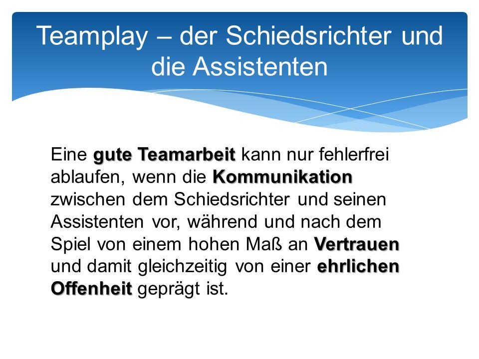 Rote Karte gegen den Spieler, Einwurf durch die gleiche Mannschaft Teamplay – der Schiedsrichter und die Assistenten