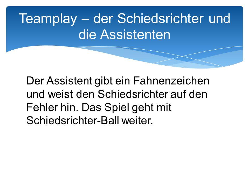 Der Assistent gibt ein Fahnenzeichen und weist den Schiedsrichter auf den Fehler hin.