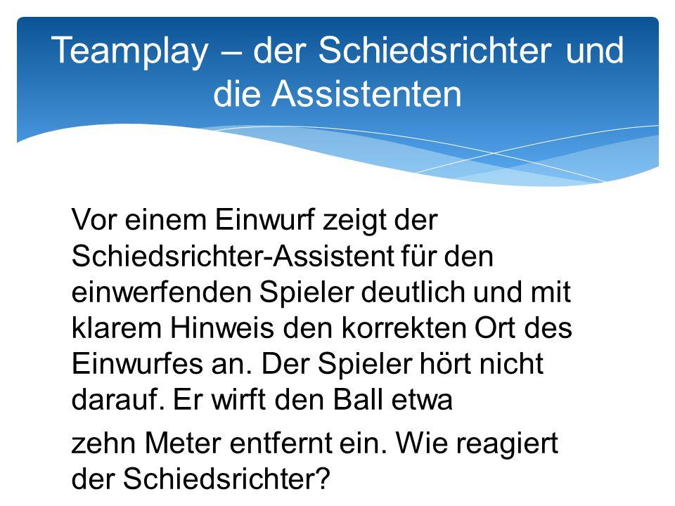 Vor einem Einwurf zeigt der Schiedsrichter-Assistent für den einwerfenden Spieler deutlich und mit klarem Hinweis den korrekten Ort des Einwurfes an.