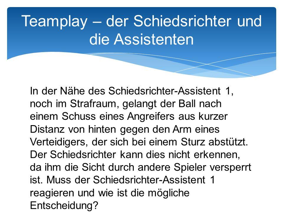 In der Nähe des Schiedsrichter-Assistent 1, noch im Strafraum, gelangt der Ball nach einem Schuss eines Angreifers aus kurzer Distanz von hinten gegen den Arm eines Verteidigers, der sich bei einem Sturz abstützt.