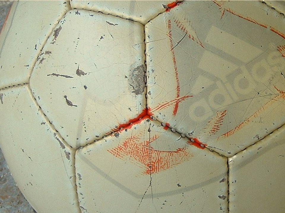 Ein Fußball aus Fünfecken und 14-Ecken?