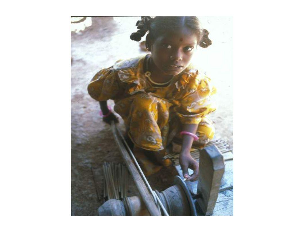 2.Gründe und Ursachen für Kinderarbeit Es gibt viele verschiedene Gründe der Kinderarbeit: Armut Arbeitslosigkeit Korruption Arbeitsunfähigkeit der Eltern Fehlender gesetzlicher Schulzwang Schulden/Überschuldung der Eltern Hunger