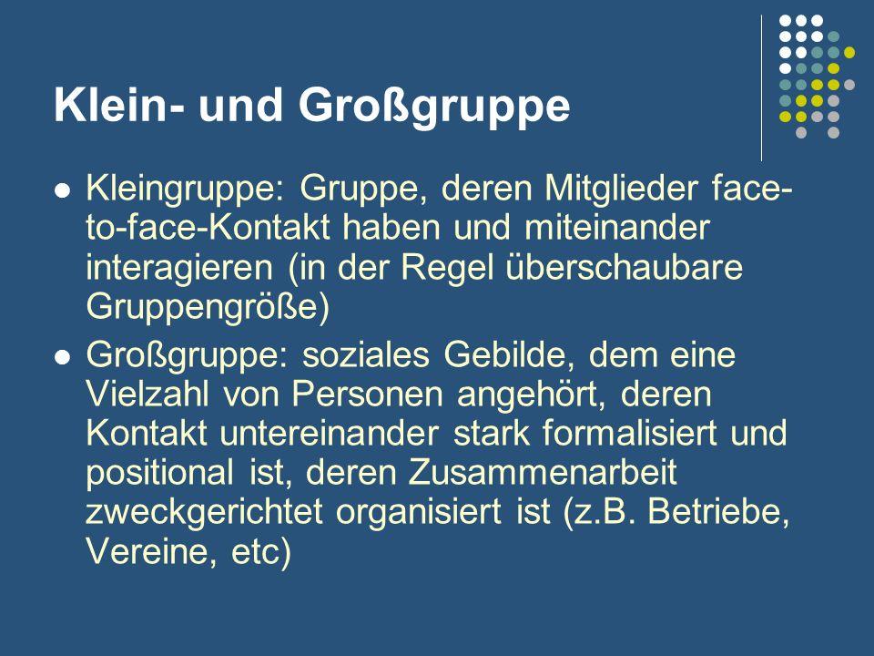 Klein- und Großgruppe Kleingruppe: Gruppe, deren Mitglieder face- to-face-Kontakt haben und miteinander interagieren (in der Regel überschaubare Grupp