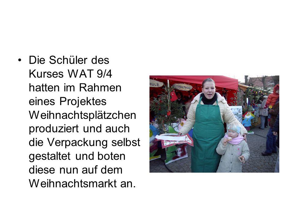 Zum ersten Mal nahm eine Gruppe von Schülern der Ulrich von Hutten – Gesamtschule am Müllroser Weihnachtsmarkt teil. Hier unser Stand: