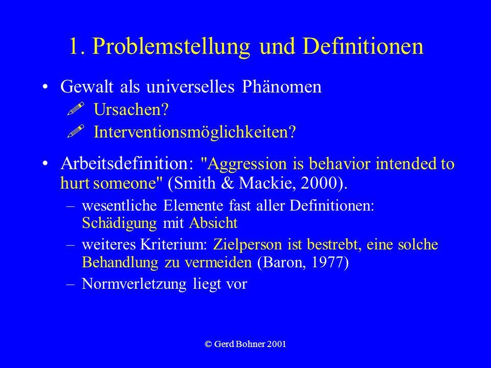 © Gerd Bohner 2001 Gewalt in der Schule und am Arbeitsplatz –Bullying / Mobbing = wiederholte, langanhaltende Viktimisierung einer Person durch eine oder mehrere andere Personen (MitschülerInnen, KollegInnen oder Vorgesetzte).